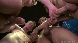 Obciąganie pałek w męskiej szatni